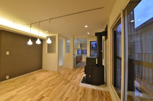 リビングダイニング    床材は無垢のワイルドメープル。    間接照明とダウンライトで演出効果を醸し出している。    構造柱の存在を利用してキッチン側へ適度に視線が抜けるように計画することで狭さを感じさせず室内の一体感がでる。