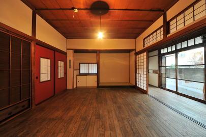 改修後の和室(茶の間)   床は栗の無垢材を使用、壁面は漆喰仕上