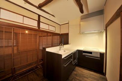 キッチン(改修後)   茶の間とは一線を画すように古梁を表しダイナミックな空間とした。