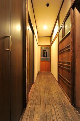 改修後の廊下   新規建具色は、既存と同色を選択。