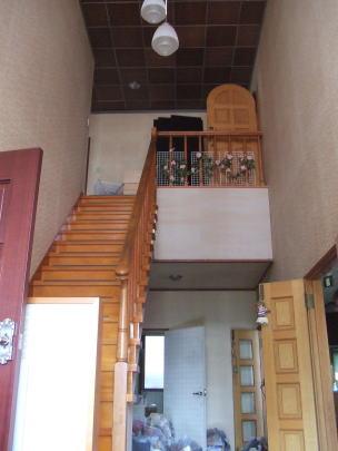 階段室改修前 ホールの広さの割にはこじんまりとして急勾配な階段。 足腰の弱い奥様には年々上がり難くなっていた。