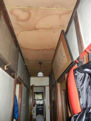 雨漏りの跡が激しかった廊下(改修前)