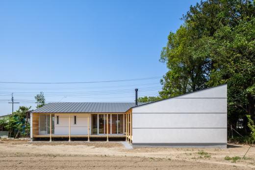 南側ファサード    屋根は南側への片流れとし、将来の太陽光発電に適応しやすい形態としています。