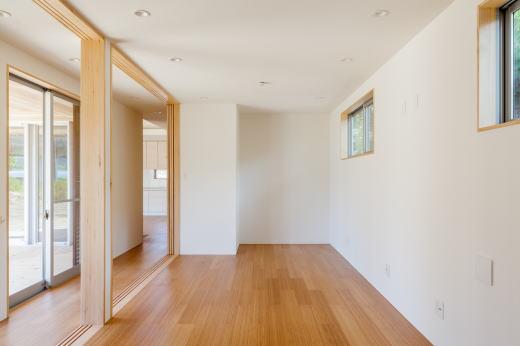 子供室    いまは一室ですが、将来は二室に間仕切ることができます。    廊下側には全開放できる引込戸を設置しています。    床材(全室):バンブー(竹)フローリング/オスモワックス仕上    壁、天井材(全室):珪藻土クロス