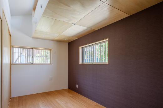 寝室    一部、吹抜けを設けることで重力換気を促します。    風が吹かなくても室内にフレッシュな空気を導きます。