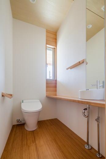 トイレ    窓上下の羽目板は台湾檜、ヒノキチオールによる消臭効果があります。
