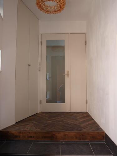 玄関    床材はローズウッド(ソノクリン)ヘリンボーン    壁面は漆喰塗料を施主がセルフビルド(全室)
