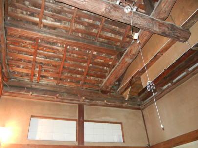 吹抜(改修前)    天井を剥がすと立派な梁が表れたので急遽、意匠として利用する事となった。